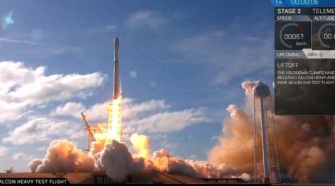 SpaceX dünyanın en güçlü roketi Falcon Heavy'i uzaya fırlattı