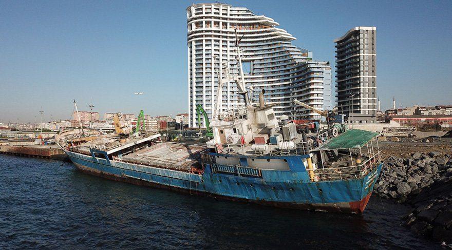 Zeytinburnu'nda yük gemisi kaderine terk edildi