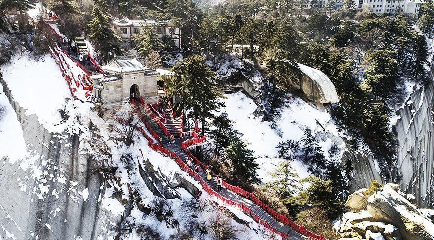 Çin'in en tehlikeli dağını kar kapladı