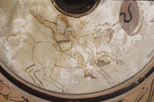 Mücevher kutusu olduğu düşünülen Eski Yunan dönemi (MÖ 460-450) seramiği üzerindeki Kement atan amazon resmi. Missisipi Müzesi, ABD