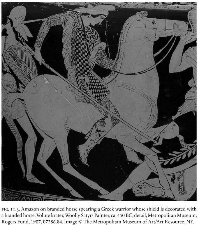 MÖ 450'lere tarihlendirilen seramik üzerinde, Grek savaşçıyı mızraklayan bir Amazon tamgalı bir at üzerinde resmedilmiş. Atın tamgası yerdeki (sağ alt köşe) Grek savaşçının kalkanına da yansımış. Metropolitan Müzesi, ABD. Kaynak: Adrienne Mayor, The Amazons: Lives and Legends of Warrior Women across the Ancient World, s. 181.
