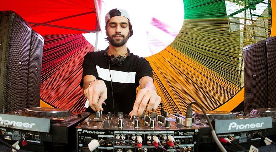 Ünlü DJ Jeremy Olander set başına geçiyor