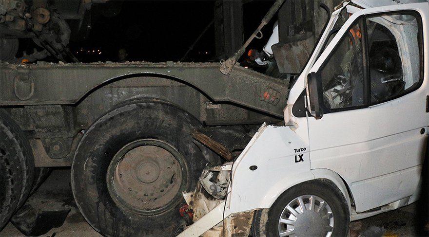 Hatay'da askeri araçla minibüs çarpıştı!