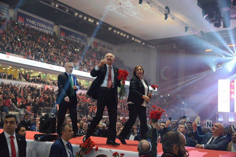 FOTO:SÖZCÜ - Yavuz ALATAN- Kılıçdaroğlu salona girişinde eşiyle birlikte partililere karanfil attı...