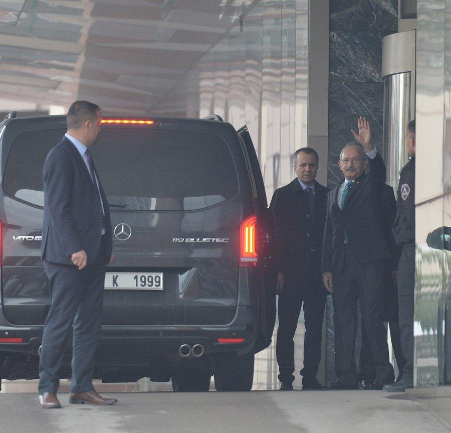 FOTO:SÖZCÜ/Yavuz ALATAN - Kılıçdaroğlu hastane çıkışında gazetecilere el salladı.