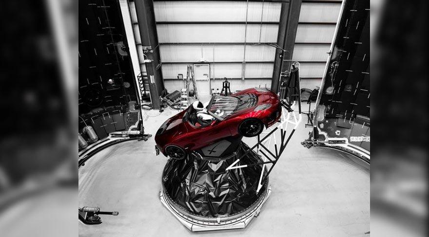 Elon Musk şimdi de uzaya Tesla gönderiyor!