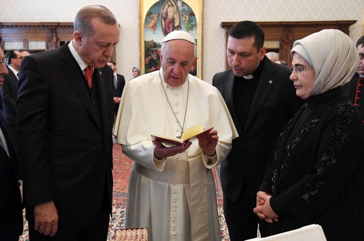 Papa hediyeleri dikkatlice inceledi.