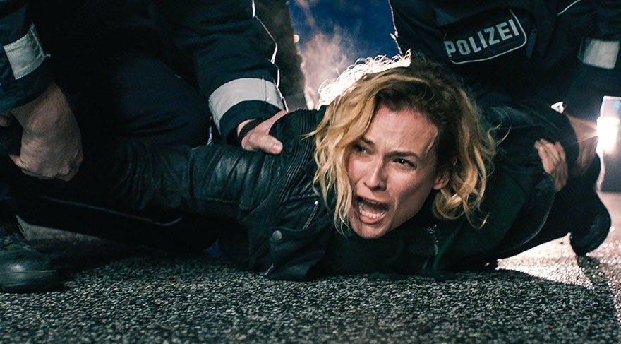 Yaşadığı acıdan sonra yıkılan Katja'nın tek isteği, terör saldırısının kimler tarafından neden yapıldığını öğrenmektir ve bunun için mahkemeye başvurur.