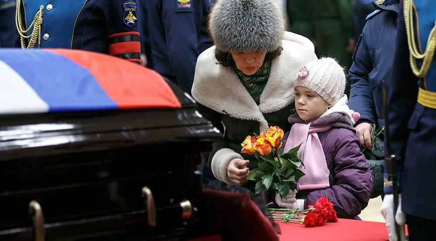 Rus pilotun cenazesine on binler katıldı