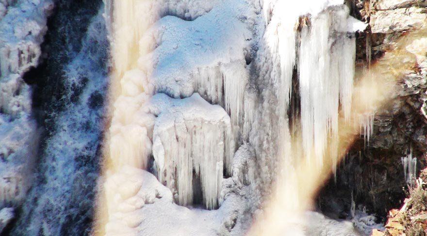 Susuz Şelalesi buz tuttu