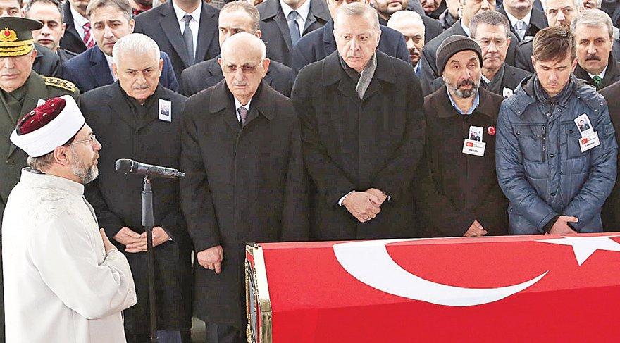 DEVLETİN ZİRVESİ CENAZE TÖRENİNE KATILMIŞTI Afrin harekatının ilk şehidi Astsubay Musa Özalkan memleketi Ankara'da uğurlandı. Cenaze törenine Cumhurbaşkanı Recep Tayyip Erdoğan, TBMM Başkanı İsmail Kahraman, Başbakan Binali Yıldırım, CHP lideri Kemal Kılıçdaroğlu ve MHP lideri Devlet Bahçeli de katılmıştı.