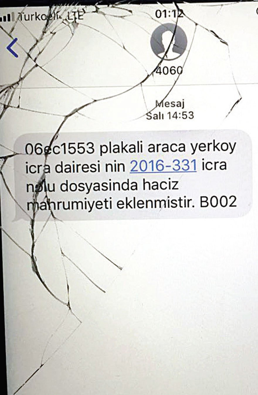 Musa Özalkan'ın şehit düştüğü saldırıda kırılan telefonu ailesine verildi. O telefonunun ekranına ebediyete uğurladığı gün bu haciz mesajı düştü...