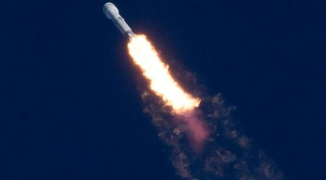 Tesla CEO'su Elon Musk dünyanın en güçlü roketi SpaceX Falcon Heavy'yi fırlattı! Tesla Roaster canlı yayında uzaya çıktı! İşte ilk görüntüler...