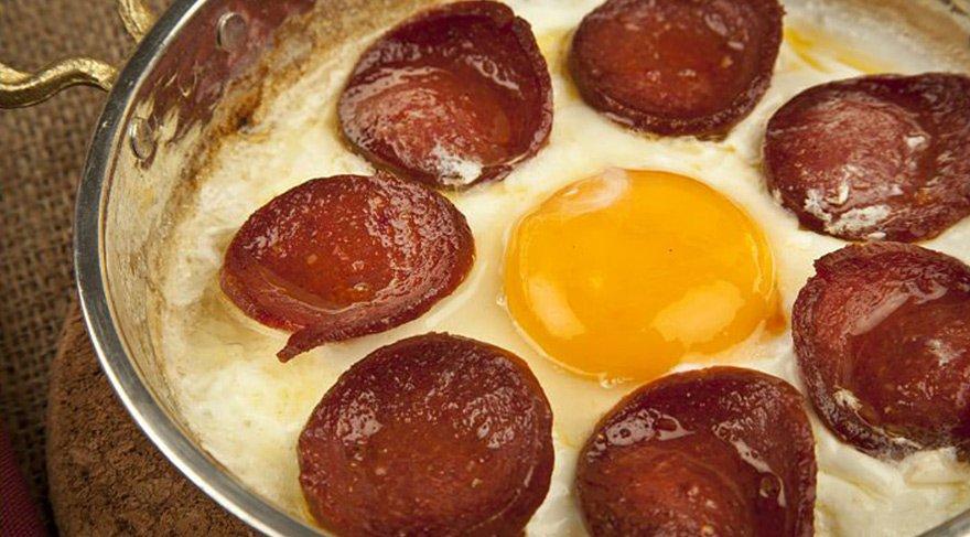 sucuklu-yumurta-tarifi-nasil-yapilir