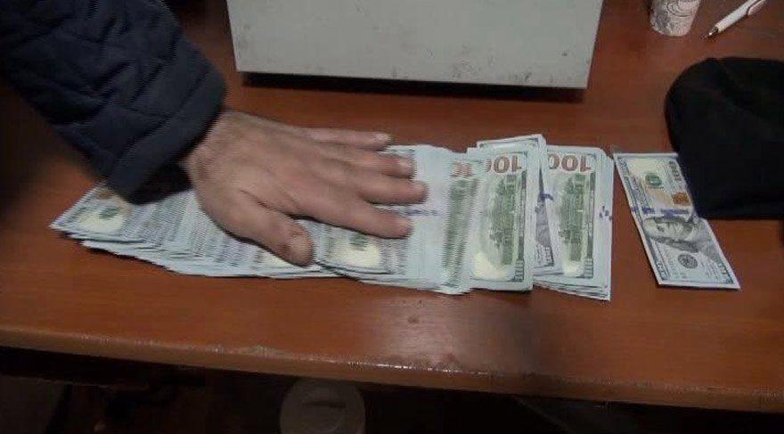 Taksi durağı görevlisi içi para dolu çantayı sahibine teslim etti