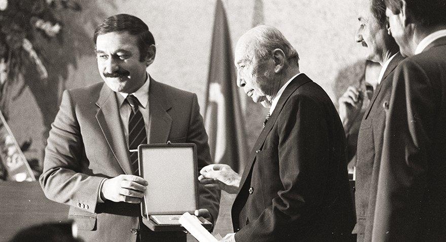 """Ankara vergi rekortmenleri ödüllerini aldı. Ankara Ticaret Odası'nda yapılan törende Vehbi Koç'un ödülünü Maliye ve Gümrük Bakanı Ahmet Kurtcebe Alptemoçin verdi. Törende konuşma yapan işadamı Vehbi Koç, """"Kamuoyu kimin ne vergi ödediğini bilmek istiyor. Vergi verenlerle vermeyenleri mukayese ederek bir kanaat oluşturma istiyor"""" dedi. Tarih: 20 Eylül 1985"""