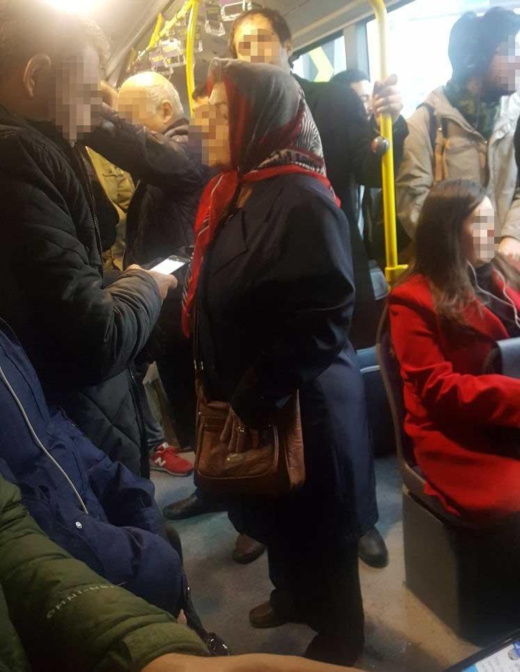 FOTO:SÖZCÜ - Trafik yoğunluğu 'kültürümüzü de' etkiliyor. Artık yer bulamadığı için ayakta yolculuk eden yaşlı insanlar maalesef 'sıradanlaşmış' durumda...