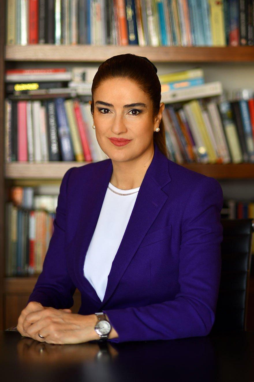 """GENÇLERE İŞ VE AŞ İÇİN REÇETEM VAR Avukat Ece Güner Toprak, """"Ülkem İçin Çare"""" isimli kitabında Türkiye'nin sorunlarını tespit etti. Toprak """"Gençliğimize bir gelecek, iş ve aş için reçetelerim var"""" diye konuştu."""