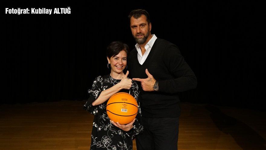 """""""ŞİMDİKİ HEDEF NBA'DEKİ İLK TÜRK KOÇ OLMAK..."""" Mehmet Okur, Özlem Gürses'in sorularını yanıtladı. Efsane basketbolcu şimdiki hedefini ise şöyle açıkladı: """"Hem modern basketbolu temsil eden hem de biraz eski usul çalışma prensipleri olan bir koç olmak istiyorum. Bu kuşak bağırma çağırma kaldırmaz, sakin güç olacaksın, açık konuşacaksın. NBA'in Phoenix Suns takımında oyuncu geliştirme antrenörlüğü yaptım. Fakat koçluk daha yorucu. Oyuncu evine gider dinlenir, siz koç olarak her şeyi düşünmek zorundasınız."""""""