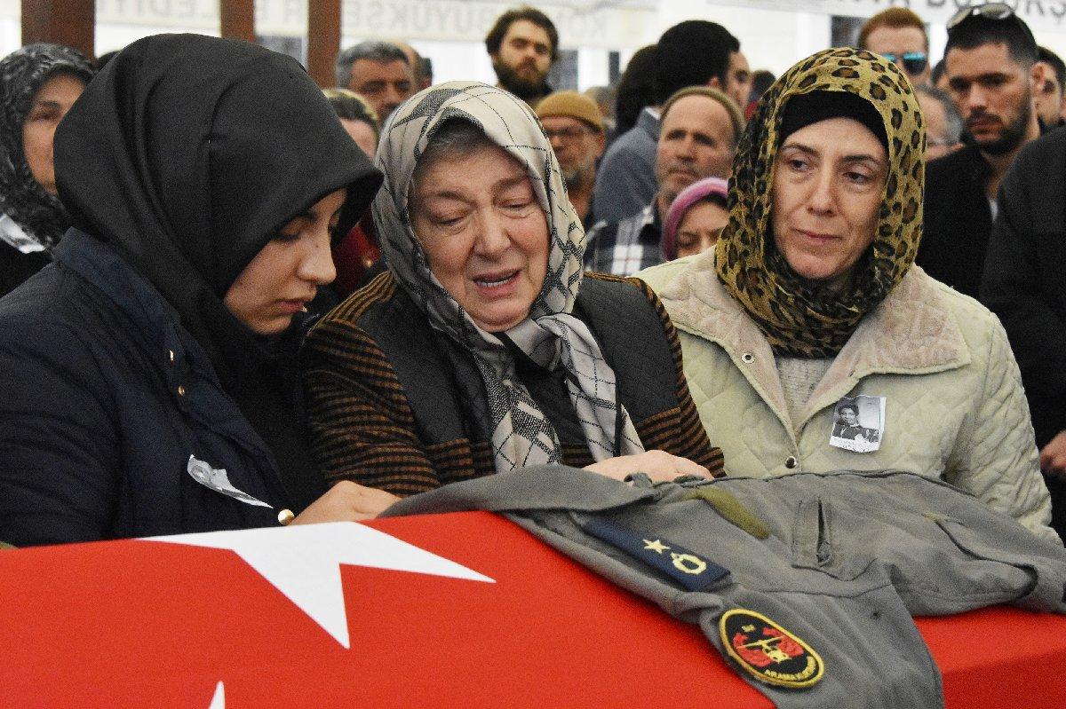 FOTO:DHA - Anne Emine Kuvvet, kızının tabutuna sarılıp, binbaşı tulumunuöptü.