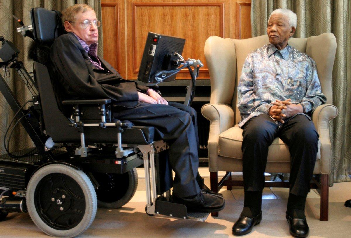 Hawking ve Nelson Mandela 2008'de Güney Afrika'da buluşmuştu.
