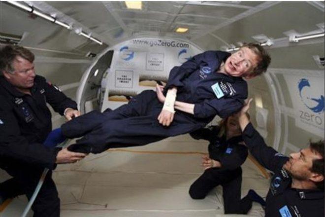 Hawking 2007'de yer çekimsiz ortam testine katılırken.