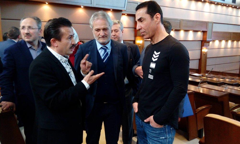FOTO:SÖZCÜ - CHP'li meclis üyesi Hüseyin Sağ, (sağdaki) plan değişikliği raporunda imzası bulunan komisyon üyesi ve vakfın yönetim kurulu üyesi olan Serhan Kural'ın meclis salonunda bulunmasının etik olmadığını söyledi.