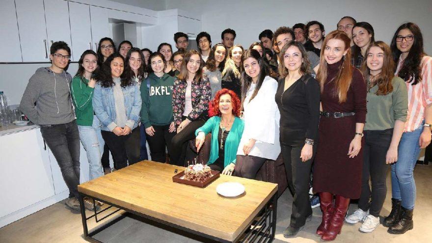 Öğrencilerden Betül Arım'ın kulisine sürpriz ziyaret