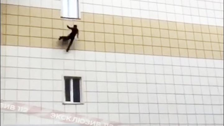 AVM yangınından kaçmak için pencereden atladı