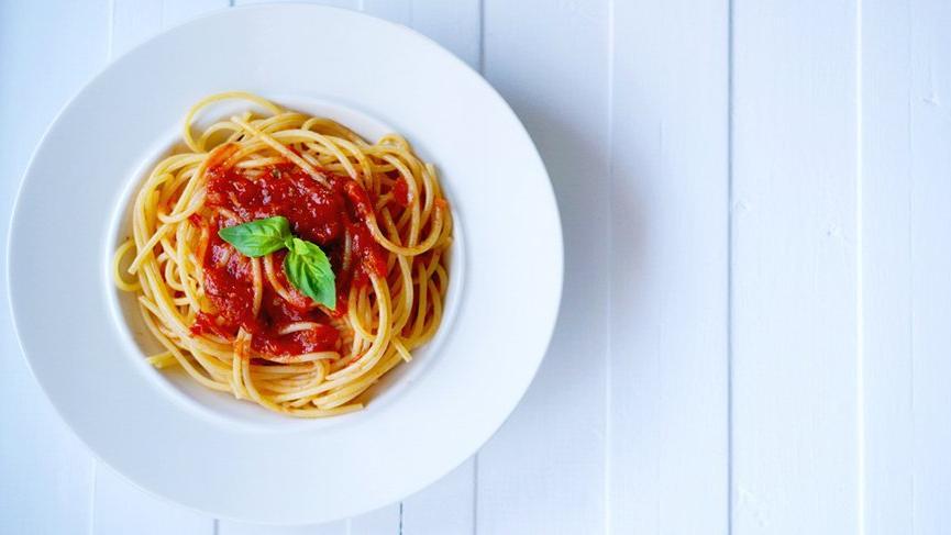 Soslu makarna tarifi! En kolay yemeklerden domates soslu makarna nasıl yapılır?