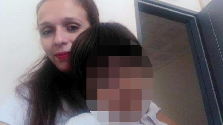 Öldürülen annesinin cesedinin başında ağlarken bulundu