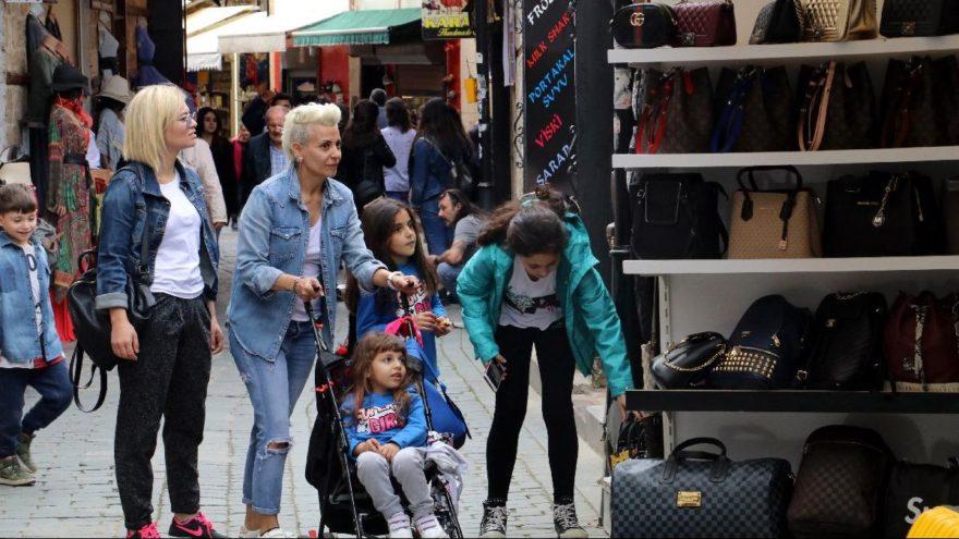 Kaleiçi'nde turist kaynıyor ama alışveriş yapan yok