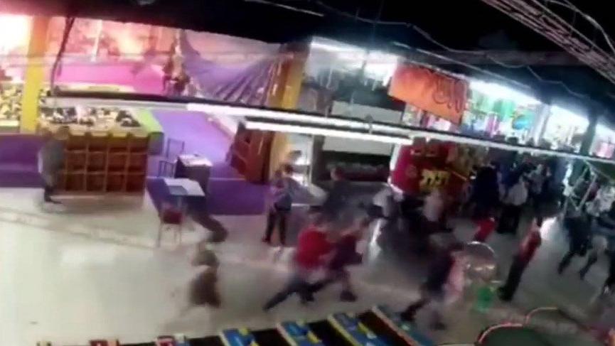 Rusya'da 64 kişinin öldüğü yangının başlama anı ve yaşanan panik kamerada