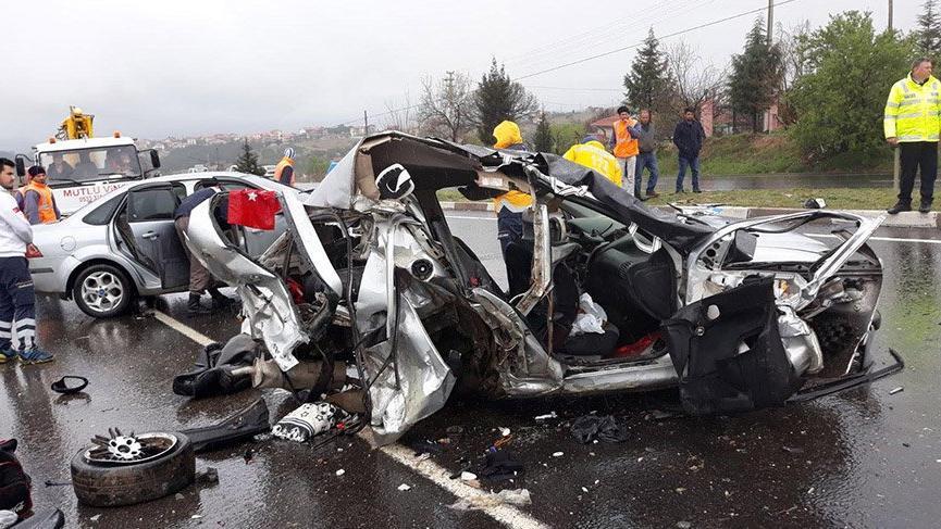 Uşak'ta refüjü aşan otomobil iki otomobille çarpıştı: 3 ölü, 3 yaralı