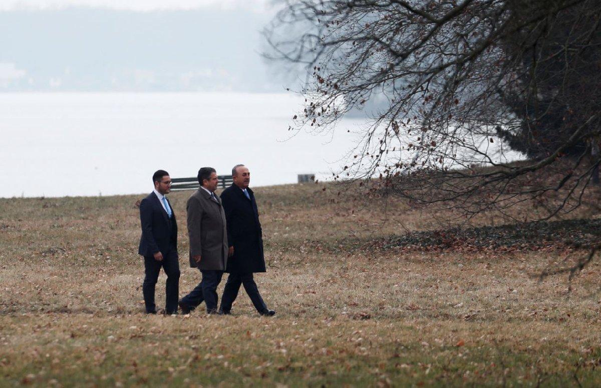 İki bakan hükümetin misafirhanesi Villa Borsig'in parkında yürüyüş yaptı.