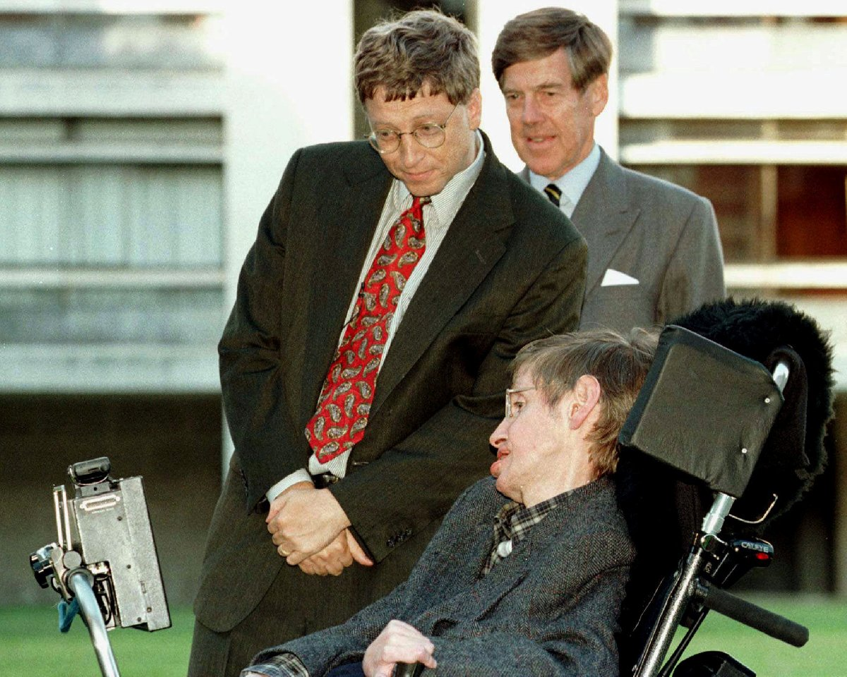 Microsoft'un kurucusu Bill Gates, Hawking'i Cambridge Üniversitesi'nde ziyaret ederken.