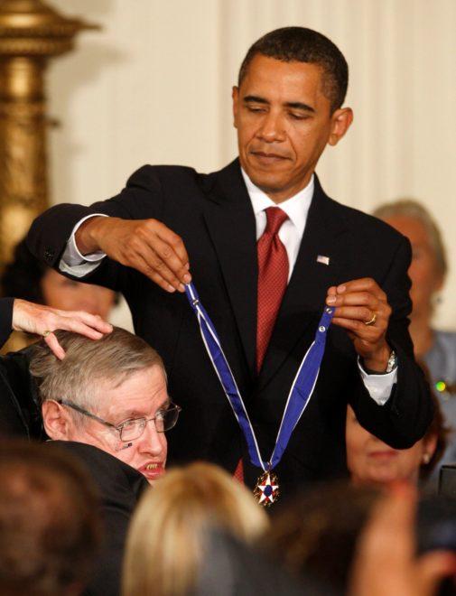 Hawking 2009'da ABD'nin en yüksek sivil nişanı olan 'Özgürlük Madalyası'yla onurlandırıldı.