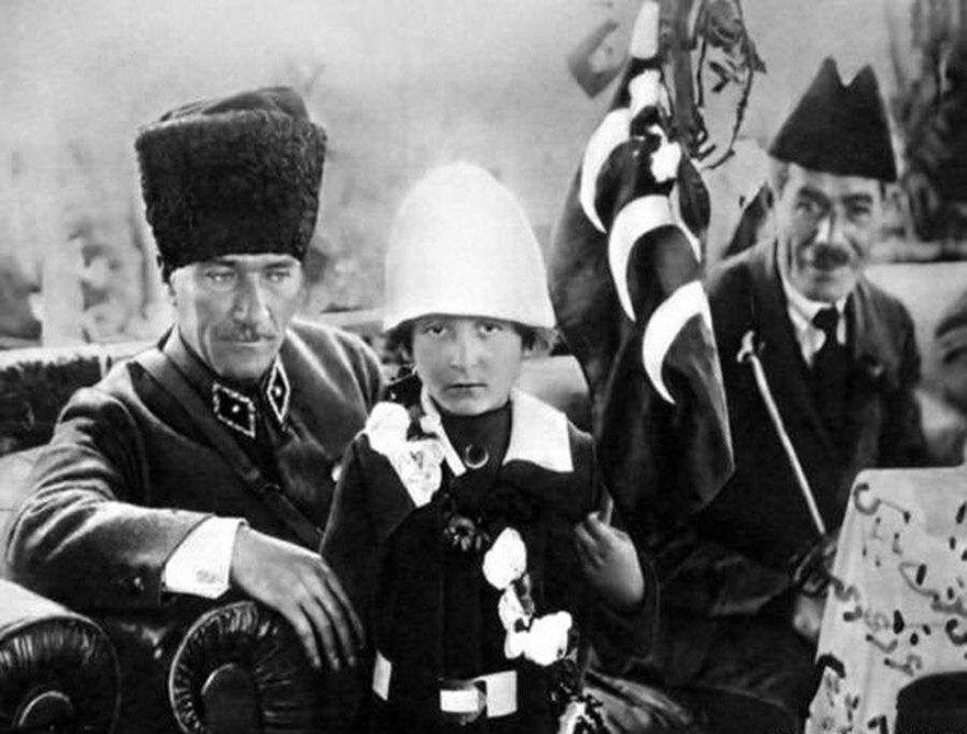 Bu fotoğraf, Konya'da 1922 yılında çekildi. Atatürk, o dönem 12 yaşında olan Nuriye İdil ile...