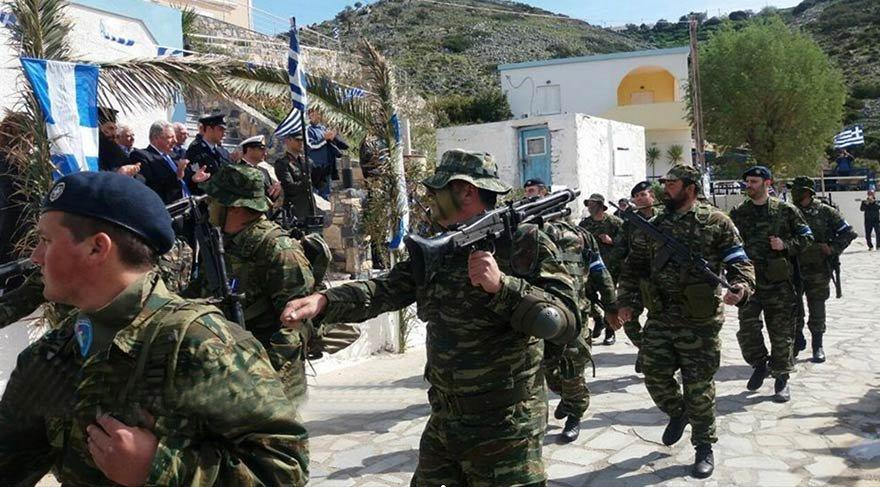 İŞGAL ETTİKLERİ ADAMIZDA RESMİ GEÇİT YAPTILAR Bu fotoğraf, 25 Mart 2018 günü Aydın'a bağlı Eşek Adası'nda çekildi. İşgalci Yunan askerleri, Türkiye'ye ait adada resmi geçit yaptı. Yunanistan şimdi de Edirne yakınlarında bulunan Zürafa Adası'na göz dikti.
