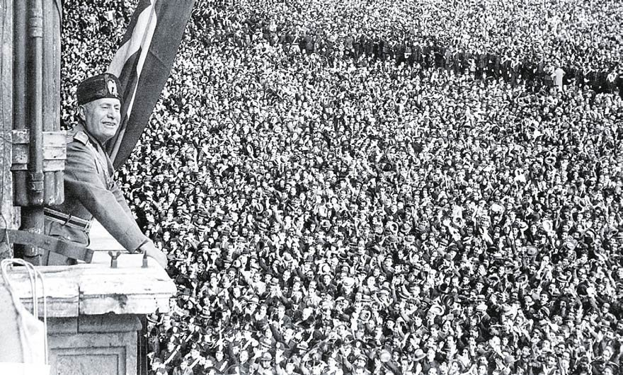 Mussolini balkon konuşmalarında yüzbinlere seslenirdi. Mussolini'yi çılgınca alkışlayan kadınlar da vardı.