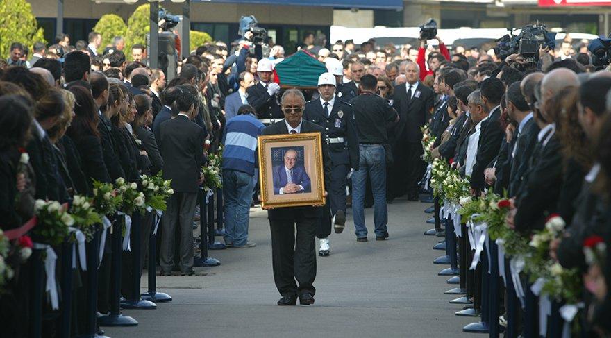Sakıp Sabancı'nın cenaze törenine 100 bin kişi katıldı.
