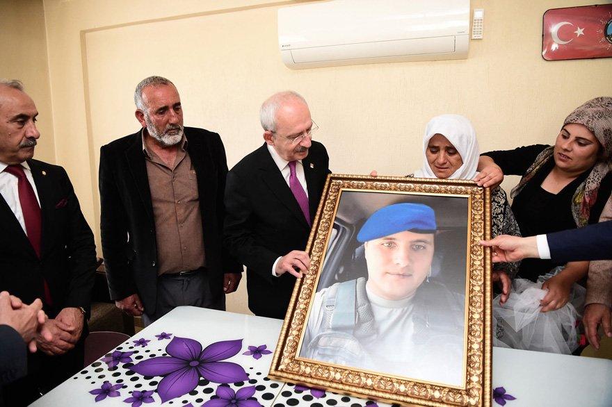 CHP LİDERİ, ŞEHİT ER ÖMER KÜÇÜK'ÜN AİLESİNİ ZİYARET ETTİ Kılıçdaroğlu, 2 Kasım 2017'de Hakkari'nin Şemdinli İlçesi Ortaklar bölgesinde PKK'lı teröristlerle çıkan çatışmada şehit düşen Piyade Er Ömer Küçük'ün ailesini ziyaret etti.