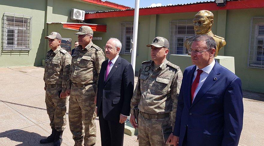 Kılıçdaroğlu karakolda askerler ve Hatay Büyükşehir Belediye Başkanı Lütfü Savaş'la fotoğraf çektirdi.