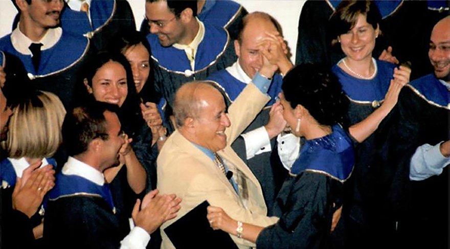 Sabancı Üniversitesi Mütevelli Heyeti Başkanı Sakıp Sabancı, öğrencilerle.