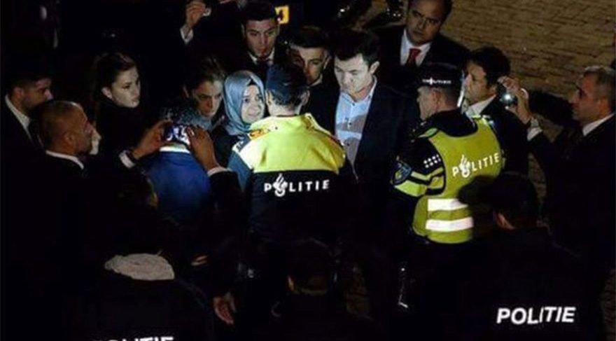 Geçen yıl, Hollanda Dışişleri Bakanı Mevlüt Çavuşoğlu ile birlikte Bakan Kaya'nın uçağına iniş izni vermemişti. Kaya, Almanya'dan kara yoluyla Hollanda'ya geçmiş ve Rotterdam polisi, West Blaak semtindeki Türkiye Başkonsolosluğu binası ile Hilgersberg'deki konsolosluk resmi konutunu giriş çıkışlara kapattıktan sonra Bakan Bu sırada Hollanda'ya gelen Kaya'nın konvoyu polis tarafından durdurulmuştu. Kaya'nın Türkiye'nin Rotterdam Başkonsolosluğu'na girmesine izin vermeyen polis, bakandan ülkeyi terk etmesini istemiş ve göstericilere müdahale etmişti.