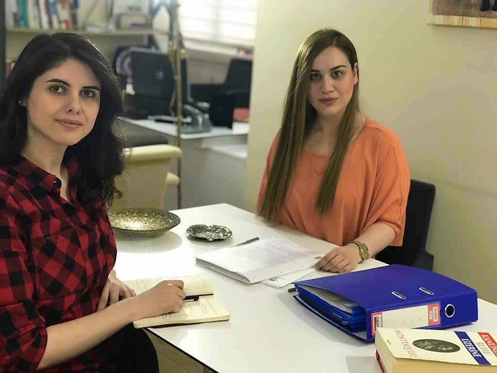Avukat Sırma (sağdaki) Sözcü muhabiri Şeyma Ulusoy'un sorularını yanıtladı.