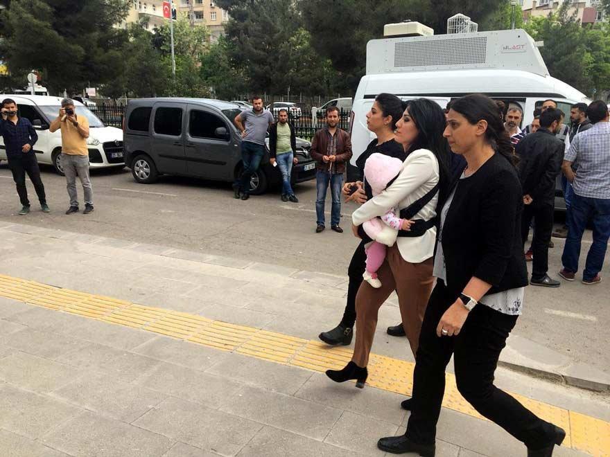 Ayşe öğretmene CHP ve HDP'li milletvekilleri eşlik etti. DHA