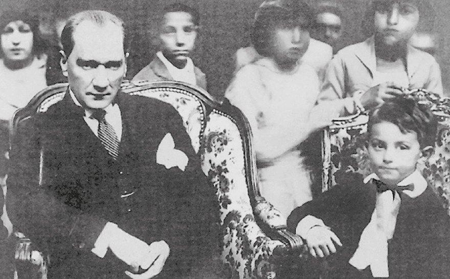 Tarih: 23 Nisan 1929, Atatürk, çocuk balosunda İnönü'nün o dönem 5 yaşında olan oğlu Ömer ile...