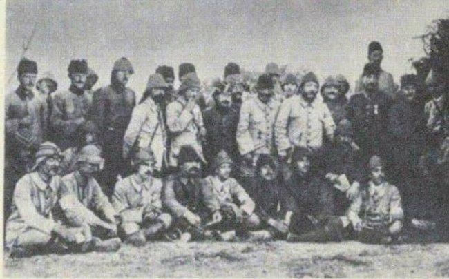 Çanakkale'de cepheye giden yazarlardan bir kare