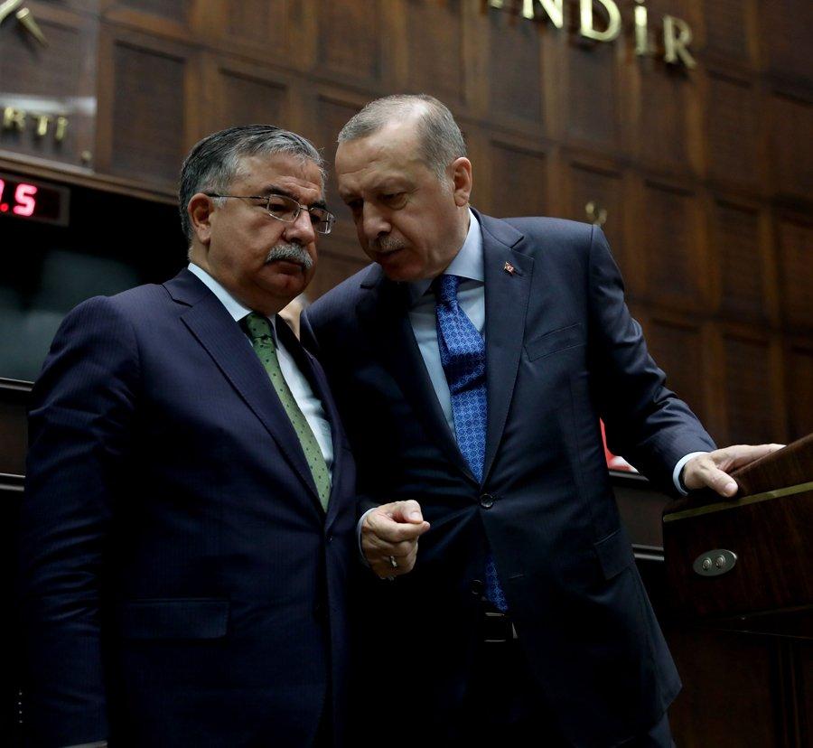 """FOTO:SÖZCÜ/Zekeriya ALBAYRAK / Grup toplantısının ardından basın mensuplarının sorularını yanıtlayan Erdoğan, Milli Eğitim Bakanı İsmet Yılmaz'ı yanına çağırmasının sorulması üzerine, """"Özelle girmeyin, genelde kalın"""" cevabını verdi."""